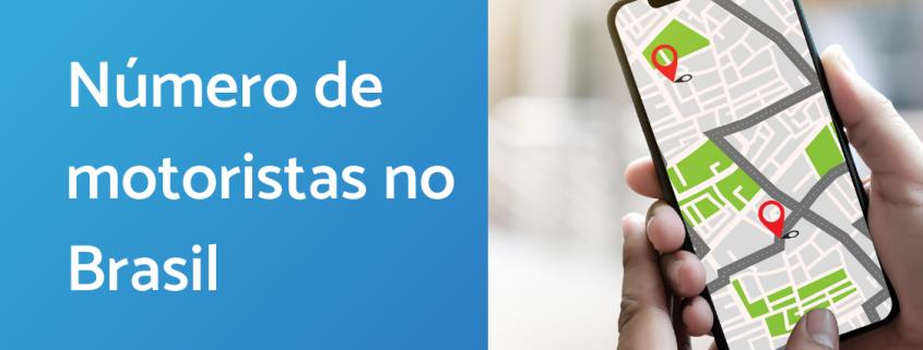 À esquerda, há um tela azul com a frase número de motoristas no Brasil escrita em branco. No lado direito, uma mão segurando um celular com um app de transporte aberto.