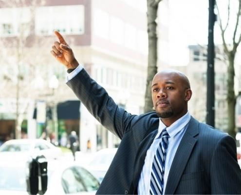 Homem pedindo um táxi