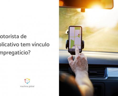 Motorista toca na tela do celular em que está aberto um gps, à esquerda está escrito: motorista de aplicativo tem vínculo empregatício?