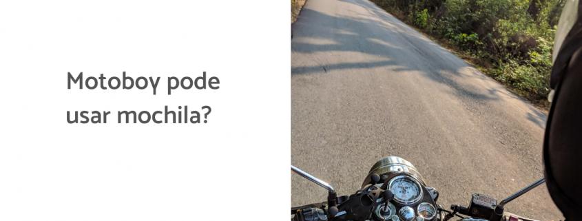 Na imagem, uma moto percorre uma estrada e ao lado está escrito: motoboy pode usar mochila?