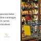 Na imagem, um carrinho de compra de supermercado está parado na frente de uma geladeiras, ao lado está escrito: supermercados online e entregas com carros particulares