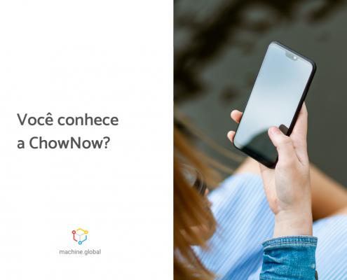 mão segurando celular com a legenda ao lado: Você conhece a ChowNow?