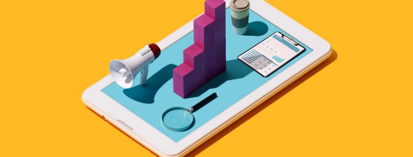 ilustração de um celular com megafone, lupa, prancheta, copo de café e um gráfico no meio
