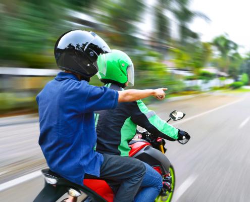 motoqueiro com passageiro