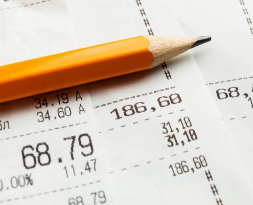 lápis laranja com notas fiscais