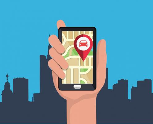 Mão segurando um celular aberto em um aplicativo de transporte,. Ao fundo vemos a paisagem de uma cidade.