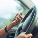 foto de um motorista segurando o celular
